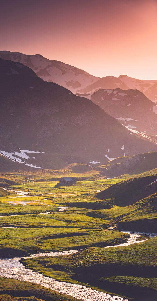 Sublime vue des montagnes de Cauterets. Ces couleurs surprenantes, les montagnes qui se dessinent et la verdure donnent envie de découvrir la région. #cauterets #france