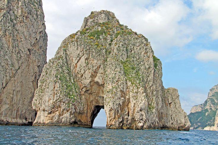 Faraglioni - formacja skalna przy brzegu wyspy Capri