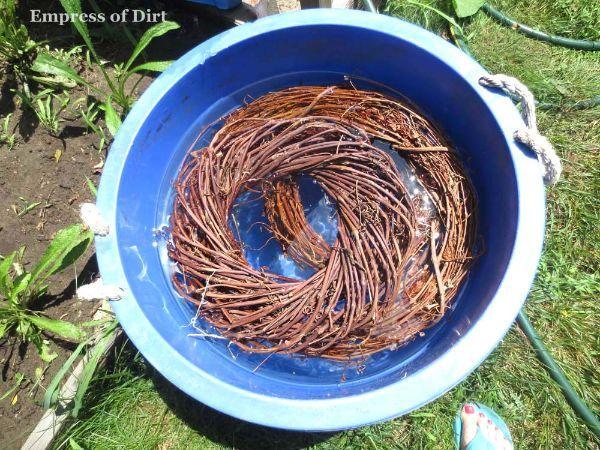 Сделать садово-паркового искусства птица гнезда замочить венков в большом контейнере воды в течение не менее 24 часов (несколько дней дольше, это тоже хорошо). Это позволит смягчить виноградные лозы, так что они будут довольно изгибаемой без привязки.