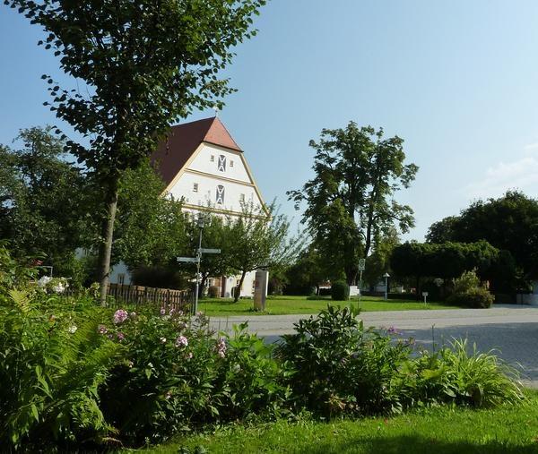 Schechen ist eine Gemeinde im oberbayerischen Landkreis Rosenheim. Bei einer Wanderung in den Innauen können Sie die faszinierende Tier- und Pflanzenwelt und den einen oder anderen Biber entdecken. Nicht nur der Erlensee lädt im Sommer zum Baden ein, sondern auch der Waldsee bei Kobel mit Kioskbetrieb und Wasserwachtstation. Sehenswert ist auch der Gedenkstein der ehemaligen Römerstraße, die als wichtige Handelsstraße damals den Inn gequert hat.