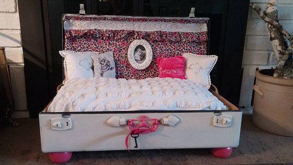 Vintage Suitcase Pet Bed van FurrySpaces op Etsy