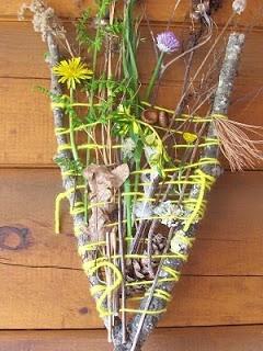 'weven' met natuurlijke materialen! Geen 1 zal het zelfde worden, dat weet ik wel zeker! Eerst lekker naar buiten, en verzamelen ( voor elk kind een eigen verzamelbakje om de natuurschatten in te bewaren) De takjes zijn de basis, en je hebt wol nodig. Daarna kan het weven beginnen!