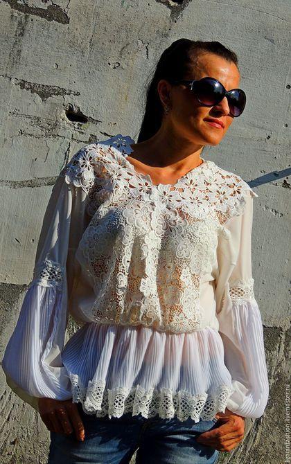 Купить или заказать Блузка белая с кружевом и плиссеровкой (№16) в интернет-магазине на Ярмарке Мастеров. Блузка белая из шифона и кружева Совершенно универсальная по стилю, подходящая для любого случая свободная, летящая белая блузка из шифона и кружева. Незаменима и неизменна! Данная модель составит замечательный комплект как с джинсами, так и со строгой юбкой. А с летящей воздушной макси юбкой - потрясающий БОХО комплект. Действительно универсальная модель и по крою.