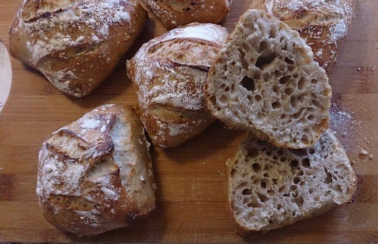 Detta är ett enkelt och förhållandevis snabbt sätt att baka surdegsbröd. Om surdegen sätts på morgonen den ena dagen vankas det nybakade frallor morgonen dagen därpå. Surdeg 50 gram kallt vatten 50...