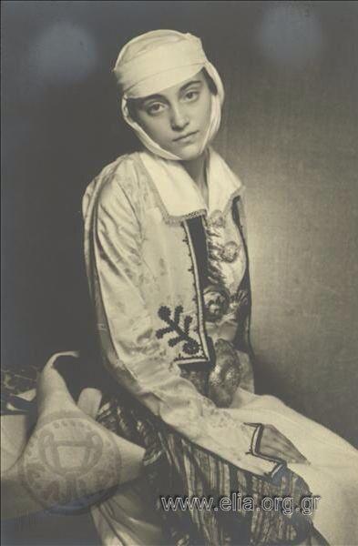 γυναίκα με παραδοσιακή ενδυμασία από το Πωγώνι 1937. Nelly's (Σεραϊδάρη Έλλη)/Woman with traditional folk costume from Pogoni,Iperus, Greece