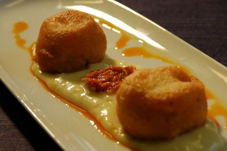 Buñuelo de bacalao y manzana reineta del Bierzo, sobre crema de patata y aceite de ajoarriero.