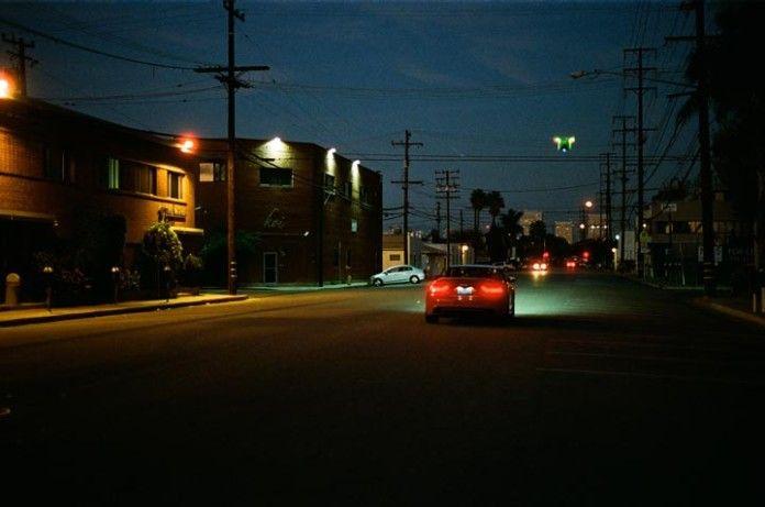 Audi en una calle por la noche.