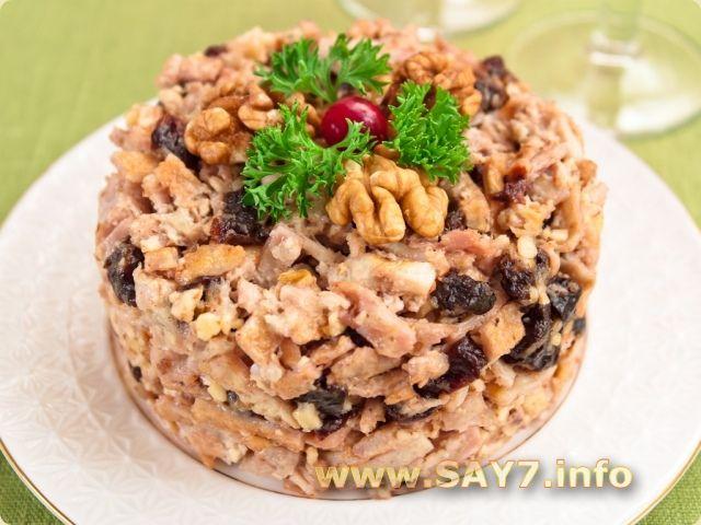 Салат Восторг      500 г окорочков     6 яиц     70–80 г грецких орехов     100 г чернослива (без косточек)     2–3 зубчика чеснока     соль     майонез     растительное масло