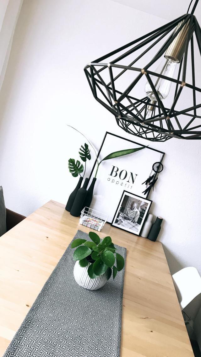 Esstisch in monochromen Farben mit grünen Akzenten! Entdecke noch mehr Wohnideen auf COUCHstyle #living #wohnen #wohnideen #einrichten #interior #COUCHstyle #skandi #pilea #black #white #inspiration – Lisa .