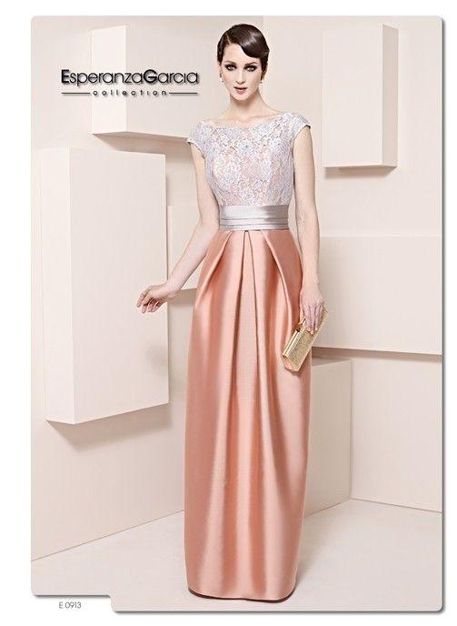 Color melocotón y plateado para cubrir un vestido satinado de madrina