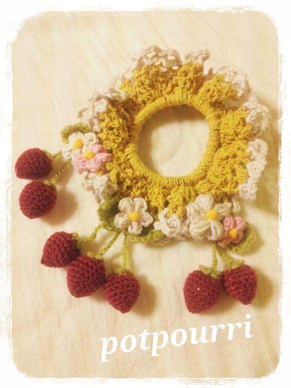 ゆらゆら揺れる苺とお花がいっぱい*.いちご畑をイメージした、ボリューミーで豪華なシュシュです。*サイズ*約11.5~16cm ハンドメイド、手作り、手仕事品の通販・販売・購入ならCreema。