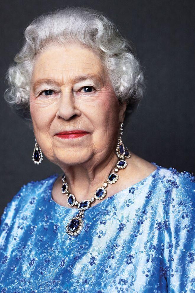 Портрет королевы в сапфировом ожерелье в знак 65-летия на троне.  Вся современная история прошествовала перед ей глазами. Ей есть с кем сравнивать, и любой нынешний деятель для неё - факир на час. Уникальная женщина, за блеском короны которой это не замечается.