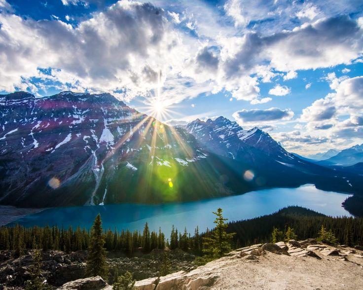 Скачать обои лес, небо, облака, деревья, горы, озеро, камни, скалы, Канада, Альберта, лучи солнца, Банф, раздел пейзажи в разрешении 1280x1024