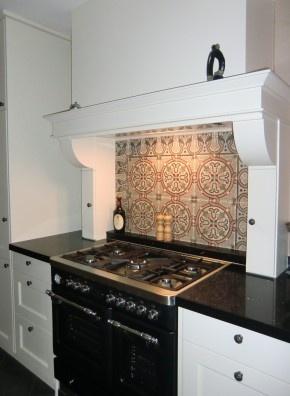 Antieke tegels van www.floorz.nl achter een fornuis. Zelfs een kleine oppervlakte doet wonderen!