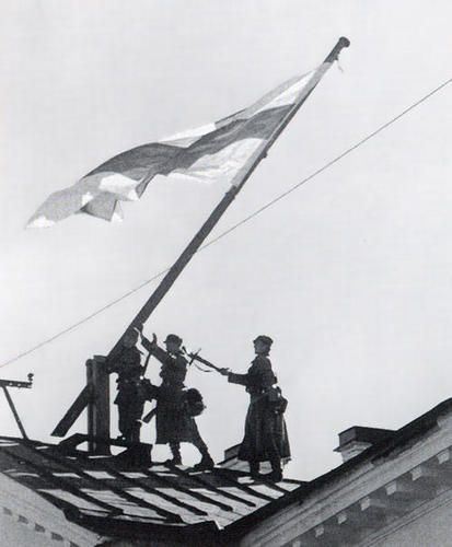 Finnish soldiers raise flag in Petrozavodsk, 1941