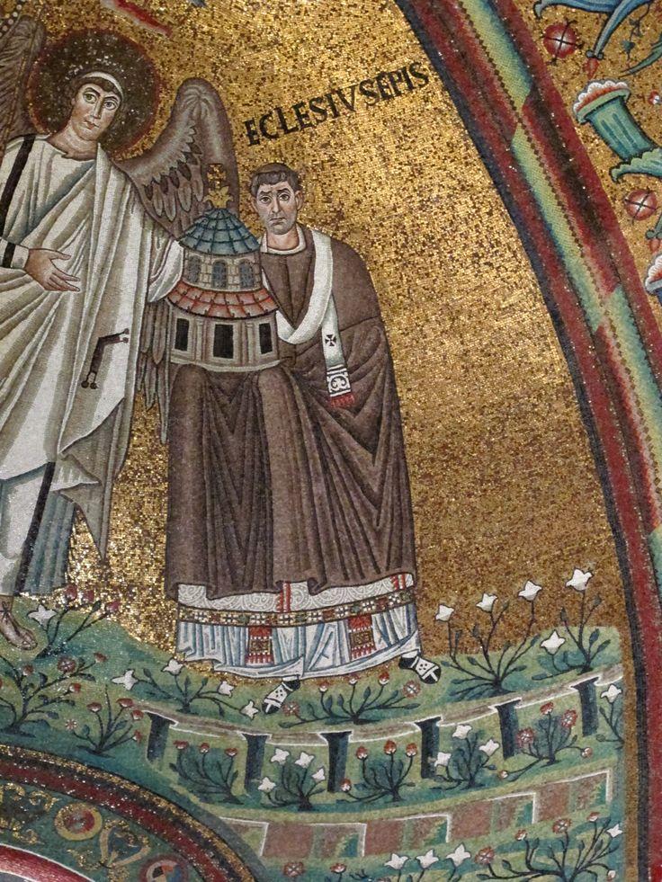 Basilica di San Vitale, Ravenna. I Mosaici bizantini, 546-547. Il periodo di Giustiniano. Cristo in globo fiancheggiato da angeli, dal vescovo Ecclesio e da San Vitale. Il vescovo ECCLESIO
