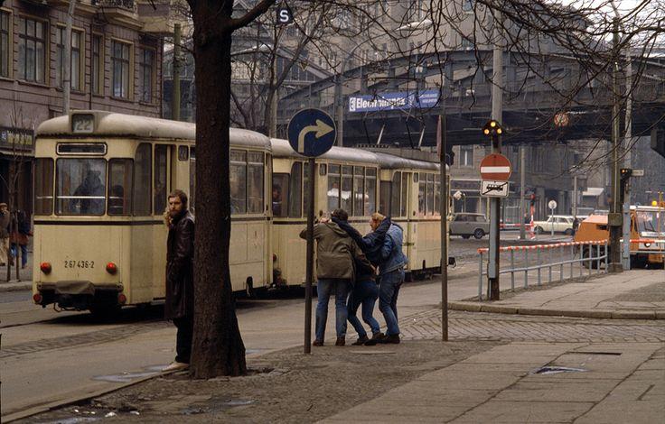 DDR Fotografie // Schönhauser Allee, Ecke Kastanienallee, Berlin-Prenzlauer Berg   © Harald Hauswald/Lehmstedt Verlag