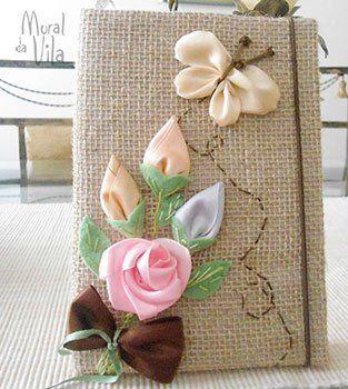 Flores bordadas de fita na capa do livro