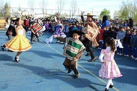 Las fiestas patrias en Chile se han convertido en una ocasión perfecta para resaltar las tradiciones típicas de la nación como el folklore, la música, los bailes tradicionales, las comidas típicas y muchas otras cosas más que llenan de orgullo a todos los chilenos.