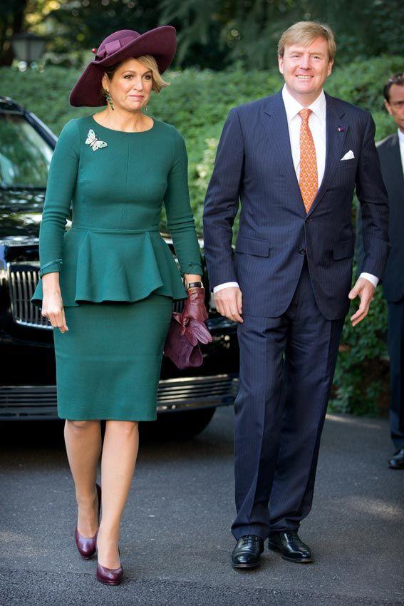 Reina Máxima de Holanda Acto: Visita oficial a Japón. Fecha: 30 de octubre de 2014. 'Look': Máxima lució un vestido verde que aderezó con un tono potente en los complementos: el burdeos.