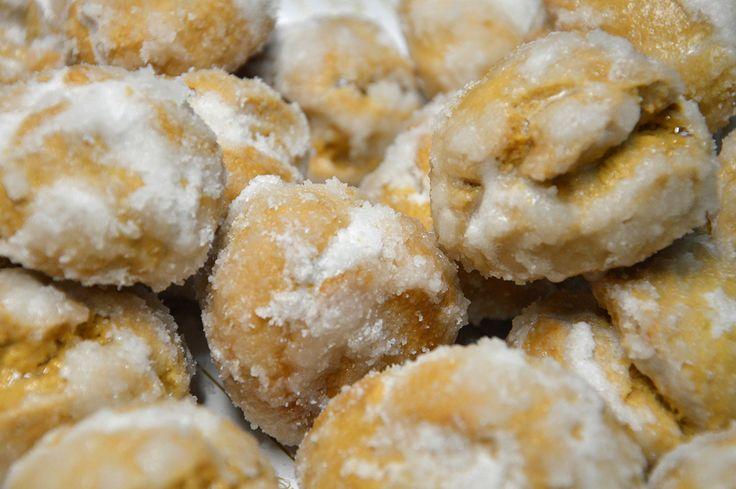 Piricchittus. Piricchitus sono dolci tipici che si preparano nel periodo pasquale ma non solo. Questa frolla all'uovo, ricoperta di una croccante glassa al limone, può essere accompagnata da un bicchierino di vernaccia