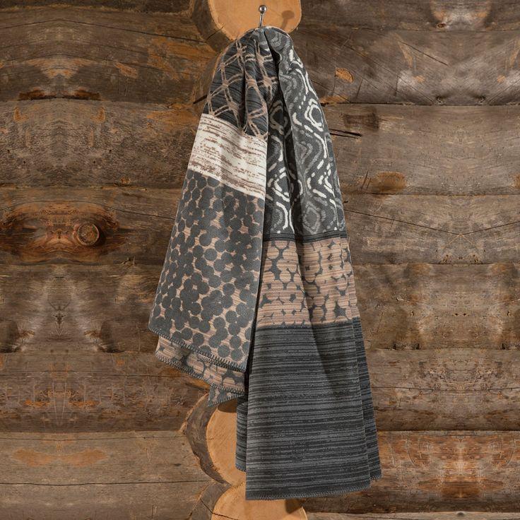 Ibena Jacquard Wohndecke Mallawi grau/braun in kuscheligem Mischgewebe mit Baumwolle. Ein auffallender Mustermix macht aus der weichen Kuscheldecke eine echte Augenweide auf Couch oder Sessel. Flauschig weich verwöhnt das wärmende Plaid rundum. #herbst #autumn #decke #wohndecke #plaid #braun #holz #sofa #couch #kalt #cold #kuschlig #kuscheln #sessel #wohnzimmer #livingroom  www.bettwaren-shop.de