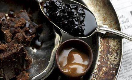 Jenkkimenun jälkiruokana on kirsikka-suklaabrownie ja täyteläistä kinuskia