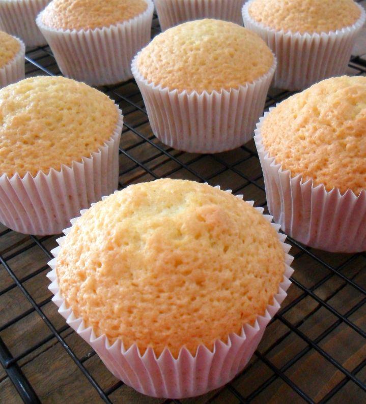 Questa è la ricetta base per preparare le cupcake alla vaniglia, deliziose mini tortine di origine americana, da decorare in mille modi!