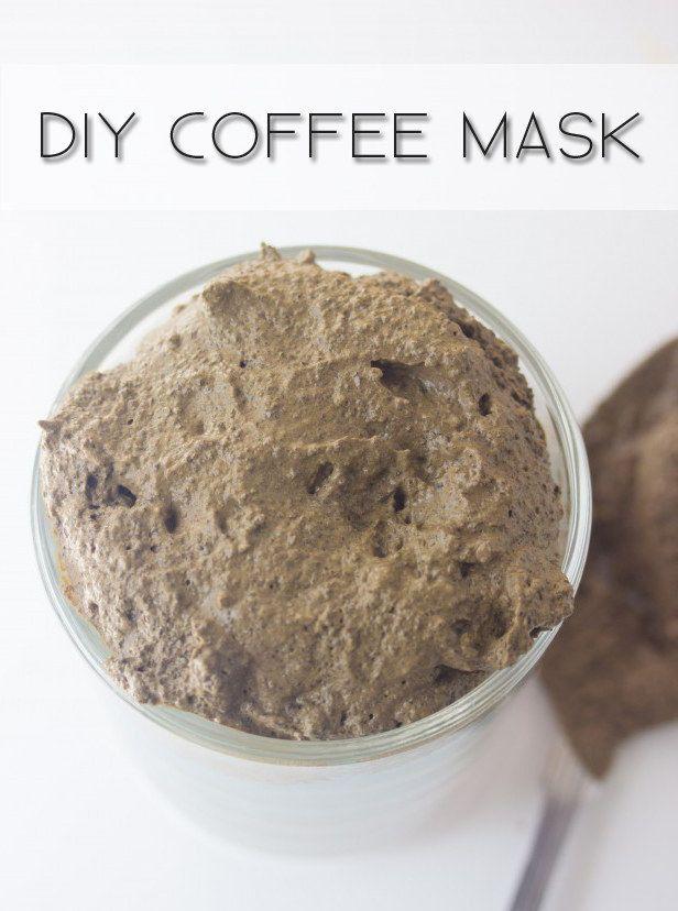 Créez un masque au café pour lutter contre la chaleur et réduire les gonflements. | 22 astuces beauté indispensables pour l'été