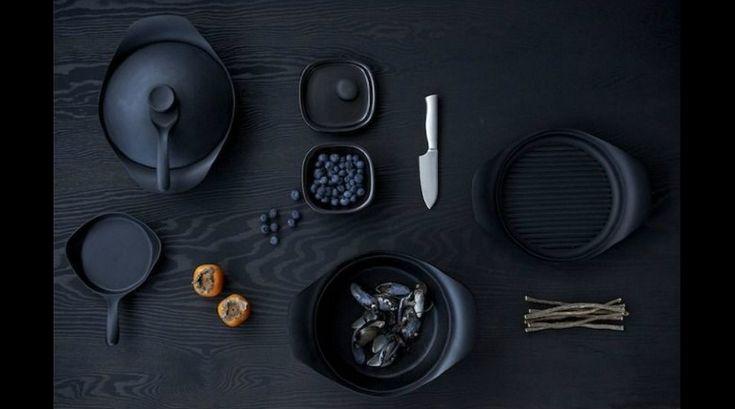 實在很好奇柳宗理是不是也熱愛下廚,因為繼一系列不鏽鋼與黑柄餐具、廚具的發表之後,柳宗理於 1999 年又再度開發《Nambu南部鐵器》鑄鐵鍋。其厚度較一般鐵鍋來的厚,不但具保溫效果,受熱也較為均勻。值得一提的是,附蓋勺的設計,不僅可輕易拿起滾燙的鍋蓋,也是讓人眼睛為之一亮的貼心便利設計。(Photo credit:Gateaway Japan)