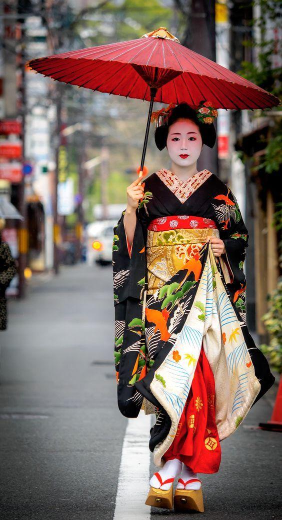 L'apprenti maiko Tomitsuyu déambulant dans le quartier de Gionhigashi , Kyoto, Japan.