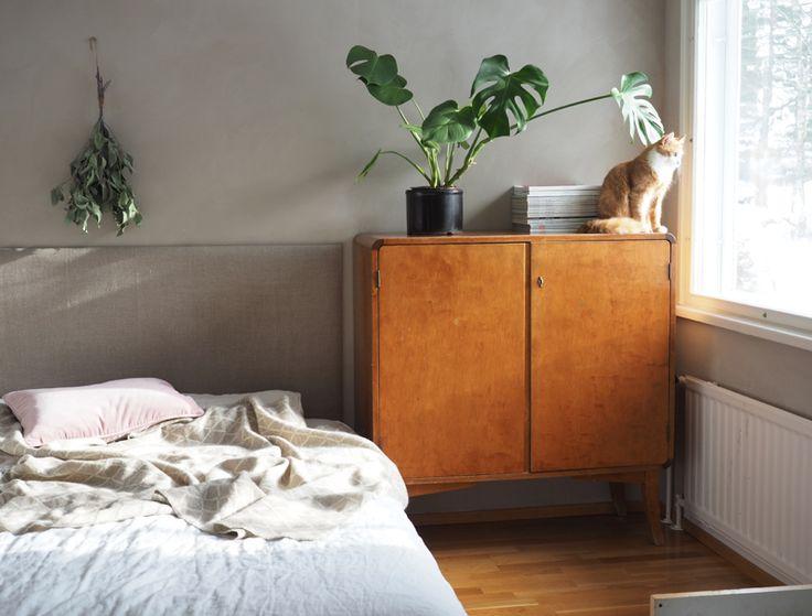 Minimalistinen pehmeä makuuhuone, valoisa tila ja utelias linssilude alekoodi Lapuan Kankureiden Eskimo-villapeittoon