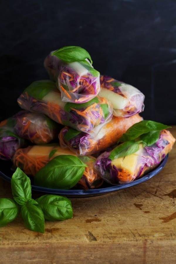 Spring roll sucré salé On se prépare aux vacances avec le springroll sucré salé qui se compose de carottes râpées + chou rouge + basilic/menthe + melon à dipper dans un pesto amande