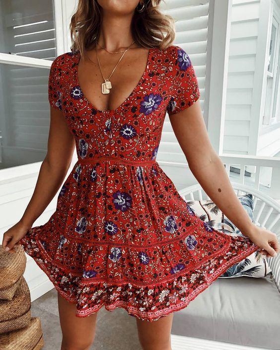 Modetrends im Jahr 2019 ein Käufer bei Zara, Mango, H & M, ASOS, Top-Shop, der Re