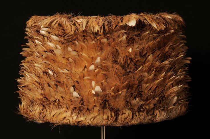 Damoiselle  Abat-jour de forme trapézoïdale en plumes naturelles de becasse  Dimensions: Ø bas :25cm H : 13,5cm Pour douille E27  Matières: métal epoxy blanc, polyphane et plumes naturelles de bécasse
