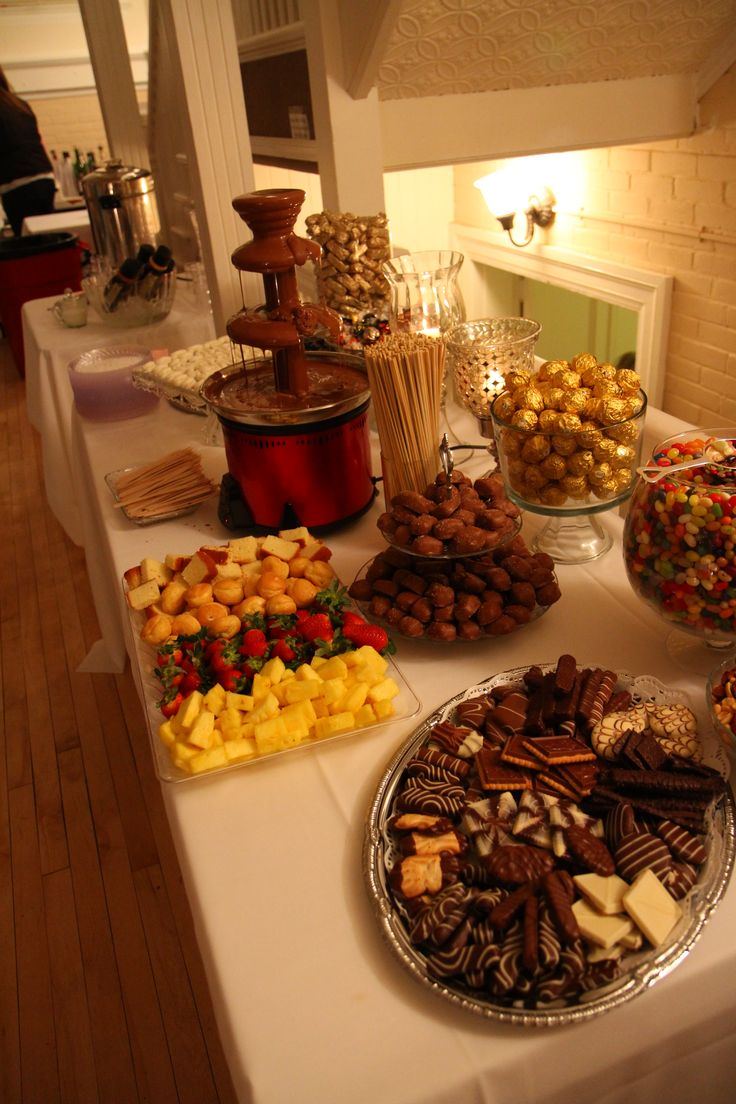 dessert bar: i like the chocolate fountain