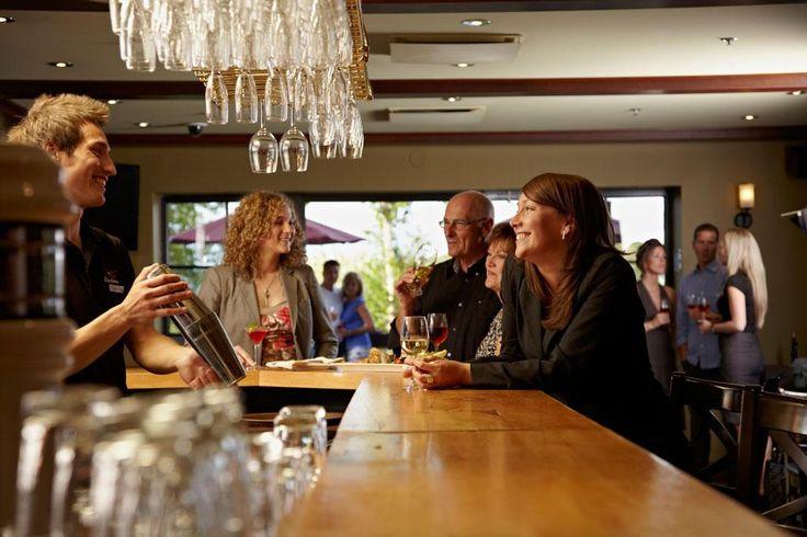 Bar du Bistro-bar Le Quatre-Temps à Duchesnay. Endroit idéal pour un cocktail après une réunion d'affaires.