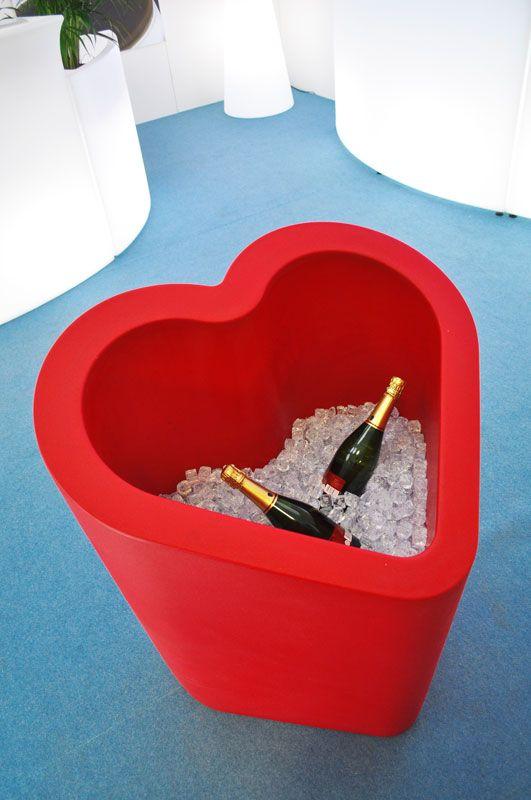 Un oggetto versatile dal design giocoso che ripropone la linea geometrizzata di un cuore.