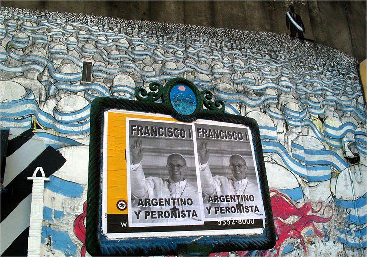 """Los carteles en blanco y negro con la imagen de Jorge Bergoglio, el nuevo Papacon los brazos extendidosy la frase Francisco, argentino y peronista"""", empapelaron distintos barrios porteños. (Cecilia Profetico)"""