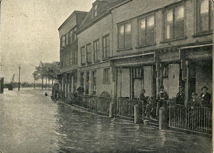 De Prins 1924. Onderschrift: Hooge waterstand van de Waal te Nijmegen ...