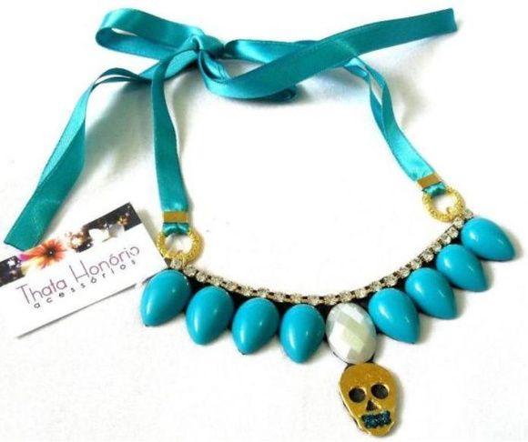 VENDIDO Cód: CN147    Maxi colar com base de couro, pedras de resina, strass e caveira dourada banhada a ouro.Fita de cetim regulável. R$ 12,60