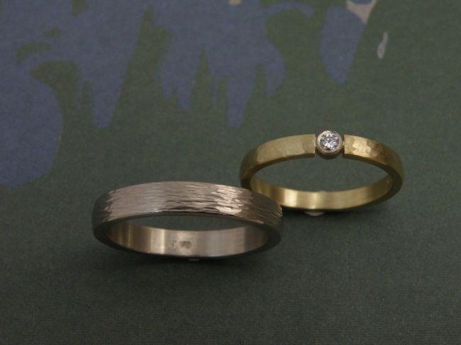 * wedding rings | oogst-sieraden * Trouwringen * Witgoud met spitse hamerslag * 660 euro * Geelgoud met 0,05 crt cape diamant in briljant slijpsel, ronde hamerslag * 695 euro *