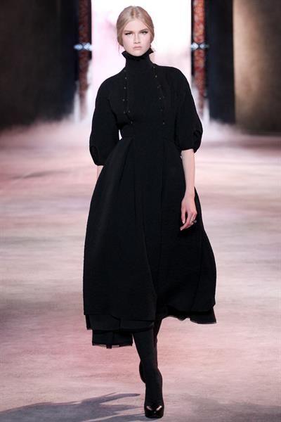 Бархатное платье с высоким горлом