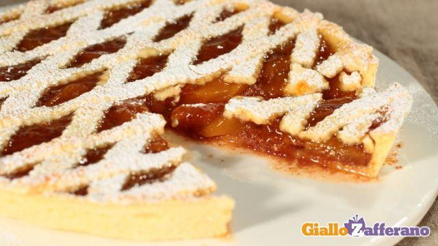 la CROSTATA DI PESCHE E AMARETTI è un #dolce profumato e dolcissimo, che si può preparare in ogni stagione. Qui la #ricetta: http://ricette.giallozafferano.it/Crostata-di-pesche-e-amaretti.html #GialloZafferano #dolce #crostata #torta #pesche #amaretti