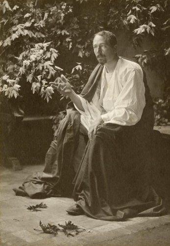 Adriaan Boer (1875) was een Nederlands fotograaf. Hij wordt wel gerekend tot de stroming van het pictorialisme en stond ook bekend als vooraanstaand portrettist. Boer begon zijn loopbaan vooral als portretfotograaf. Geleidelijk legde hij zich echter ook toe op de artistieke fotografie, in de stijl van het pictorialisme. Hij fotografeerde landschappen, boerentaferelen, interieurs van boerderijen, stillevens en kunstzinnige portretten. Hij werkte het liefst in broomolie, kool- en gomdruk. In…