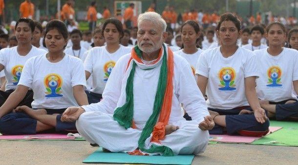 Neu Dehli: Zehntausende in Indien machen Yoga mit Premier - Gesellschaft - FAZ