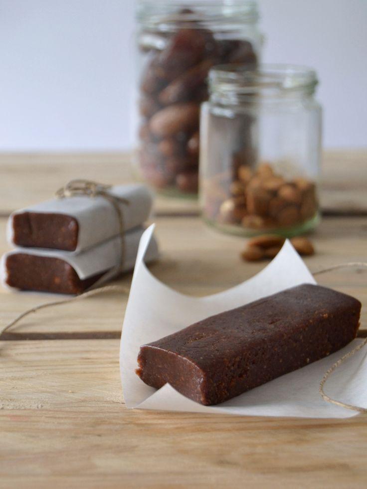 Barritas de chocolate e amêndoa que não precisam de ir ao forno (chocolate almond energy bars - no bake) - recipe in English at the bottom