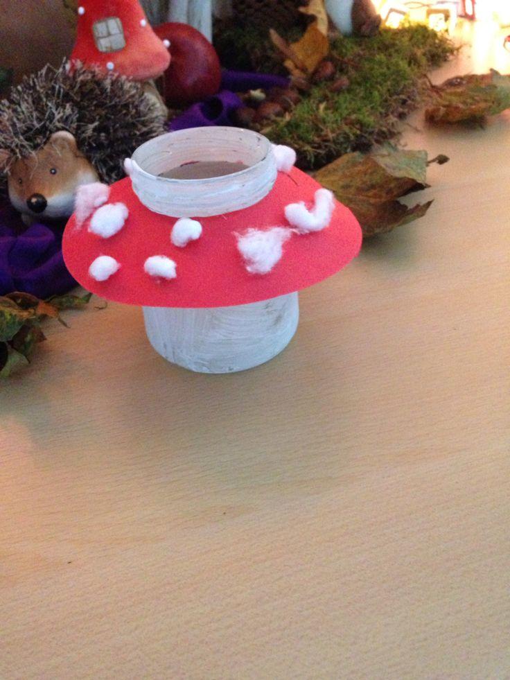 Paddenstoel lichtje potje met witte verf rode cirkel rondje er uit knippen en watjes als - Maken rode verf ...