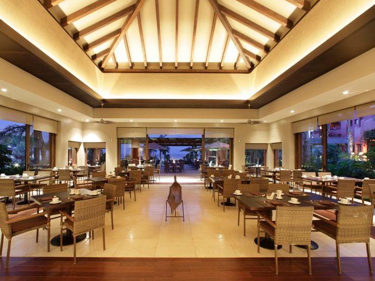 El restaurante, tiene una decoración elegante, rodeado de celosías de madera y plantas exóticas.  Se fusiona la cocina mediterranea con la asiática. ¿Te atreves?