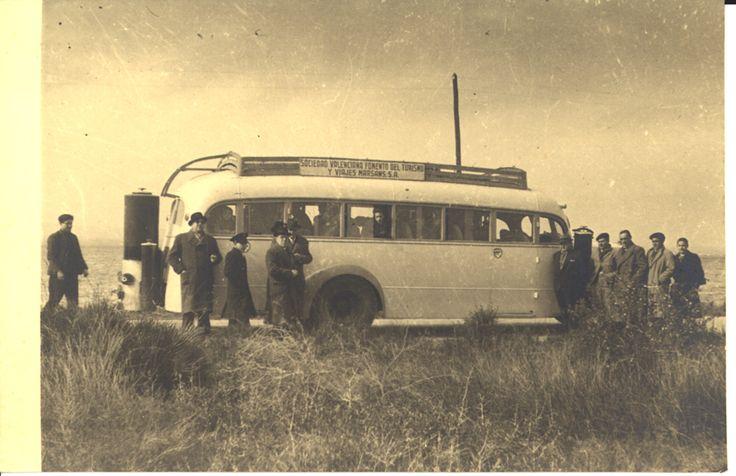 [Hombres al lado del autobús de la Sociedad Valenciana Fomento del Turismo y Viajes Marsans S.A.] (s.a.) - Anónimo
